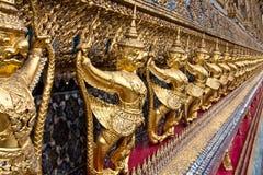 wat статуй phra kaew garuda золотистое Стоковые Фотографии RF