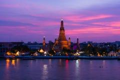 Wat Arun ή ναός της Dawn με το καταπληκτικό χρώμα ουρανού στοκ φωτογραφία με δικαίωμα ελεύθερης χρήσης