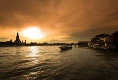 Wat Arun, κατά μήκος της πλευράς ποταμών Chao Phraya με έναν ζωηρόχρωμο ουρανό Στοκ εικόνα με δικαίωμα ελεύθερης χρήσης