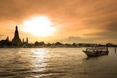 Wat Arun, κατά μήκος της πλευράς ποταμών Chao Phraya με έναν ζωηρόχρωμο ουρανό Στοκ φωτογραφία με δικαίωμα ελεύθερης χρήσης
