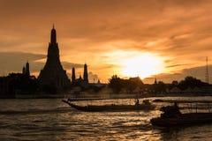 Wat Arun, κατά μήκος της πλευράς ποταμών Chao Phraya με έναν ζωηρόχρωμο ουρανό Στοκ φωτογραφίες με δικαίωμα ελεύθερης χρήσης