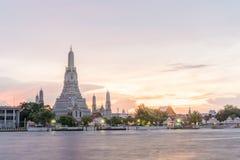 Wat Arun, κατά μήκος της πλευράς ποταμών Chao Phraya με έναν ζωηρόχρωμο ουρανό Στοκ Εικόνες
