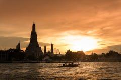 Wat Arun, κατά μήκος της πλευράς ποταμών Chao Phraya με έναν ζωηρόχρωμο ουρανό Στοκ Εικόνα
