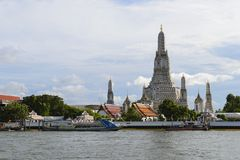 Wat Arun ο ναός της αυγής από τον ποταμό Chao Phraya Στοκ φωτογραφία με δικαίωμα ελεύθερης χρήσης