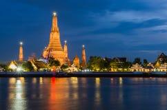 Wat Arun, висок рассвета, на сумерк стоковые фото