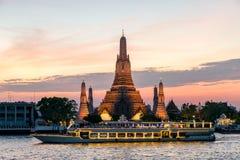 Wat Arun и туристическое судно в ноче, город Бангкока, Таиланд Стоковое фото RF