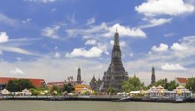 Wat Arun Across Chao Phraya River med blå himmel royaltyfri foto