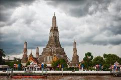 Wat Arun avec le ciel opacifié Images stock