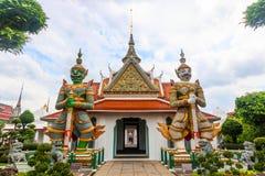 Wat Arun Buddhist-Tempel berühmter alter großartiger Palast in Bangkok Thailand, asiatischer Reisemarkstein riesiger Name des Auf stockfotografie
