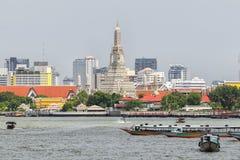 Wat Arun célèbre, transport de l'eau en le bateau est essentiel Image libre de droits
