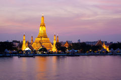Wat Arun in der rosafarbenen Sonnenuntergangdämmerung, Bangkok, Thailan Stockfoto