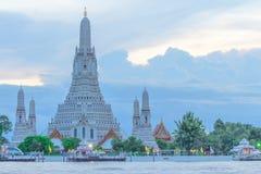Wat Arun, der Tempel von Dämmerung, an der Dämmerung Stockbilder