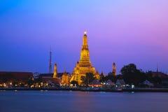 Wat Arun, el templo del amanecer, en Bangkok crepuscular Fotos de archivo