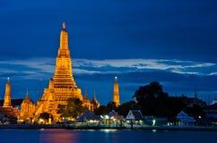 Wat Arun, el templo del amanecer, en el crepúsculo Foto de archivo libre de regalías