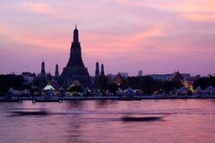 Wat Arun en el crepúsculo rosado de la puesta del sol, Bangkok Tailandia imagen de archivo