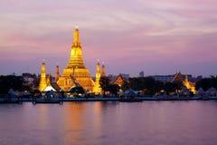 Wat Arun en el crepúsculo rosado de la puesta del sol, Bangkok, Thailan foto de archivo