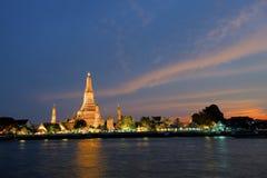 Wat Arun en la puesta del sol Fotos de archivo libres de regalías