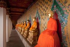 Wat Arun en oro Imagenes de archivo