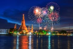 Wat Arun Landmark av Thailand i nattetid arkivfoton