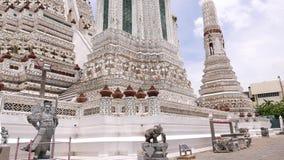 Wat Arun mure la décoration, Bangkok, Thaïlande banque de vidéos