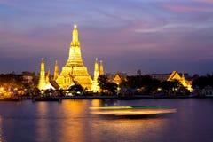 Wat Arun nella penombra dentellare di tramonto, Bangkok Tailandia Immagini Stock Libere da Diritti