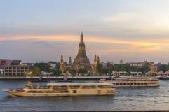Wat Arun no crepúsculo, Banguecoque, Tailândia Foto de Stock