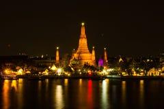 Wat Arun o Temple of Dawn en la escena hermosa de la noche Foto de archivo libre de regalías