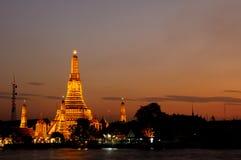 Wat Arun ou templo do alvorecer no por do sol Foto de Stock Royalty Free