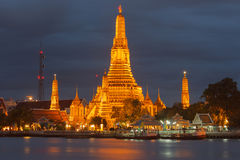 Wat Arun på natten. Arkivfoton