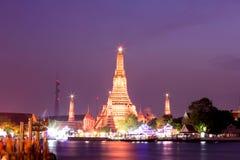 Wat Arun pendant le coucher du soleil à Bangkok, Thaïlande Image libre de droits