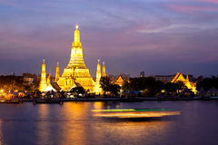 Wat Arun in pink sunset twilight, Bangkok Thailand Royalty Free Stock Images