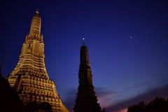 Wat Arun przy nocą, Piękną złotą pagoda, oświetlenie i zmroku nocne niebo, fotografia stock
