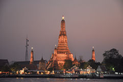 Wat Arun Rajwararam au crépuscule de Bangkok, Thaïlande 28 janvier : Wat Arun Rajwararam au crépuscule de Bangkok le 28 janvier 2 Photographie stock libre de droits