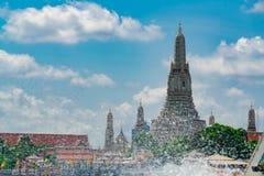Wat Arun Ratchawararam με τον όμορφο μπλε ουρανό και τα άσπρα σύννεφα Ο βουδιστικός ναός Arun Wat είναι το ορόσημο στη Μπανγκόκ,  στοκ φωτογραφία με δικαίωμα ελεύθερης χρήσης