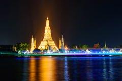 Wat Arun Ratchawararam Ratchawaramahawihan con illuminazione immagini stock libere da diritti