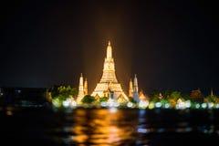 Wat Arun Ratchawararam Ratchawaramahawihan con l'accensione del punto di riferimento pubblico immagine stock