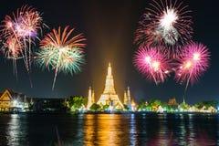 Wat Arun Ratchawararam Ratchawaramahawihan con l'accensione del punto di riferimento pubblico con i bei fuochi d'artificio fotografia stock libera da diritti
