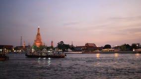 Wat Arun, soirée crépusculaire banque de vidéos