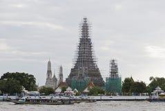 Wat Arun tempel av gryning under renovering Royaltyfria Bilder