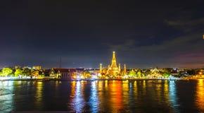 Wat arun tempel bij schemering Stock Foto