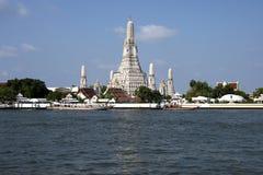 Wat Arun tempel och Chao Phraya flod i Bangkok, Thailand Royaltyfri Bild