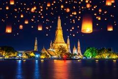 Wat Arun tempel och svävalykta i Bangkok, Thailand fotografering för bildbyråer