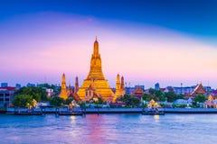 Wat Arun Temple av gryning i Bangkok Thailand arkivbilder