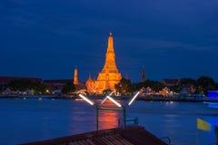 Wat Arun Temple bij schemering in Bangkok stock foto