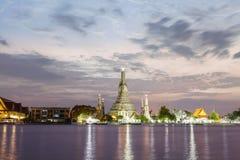 Wat Arun Temple bij schemering in Bangkok Thailand Stock Foto