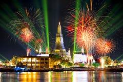 Wat Arun Temple con los fuegos artificiales y los efectos luminosos del laser, cuenta Imagenes de archivo