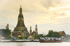 Wat Arun (temple d'aube) à travers le fleuve de Chao Phraya Images stock