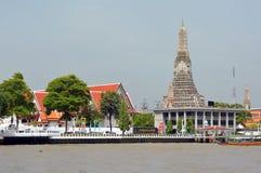 Wat Arun Temple d'aube sur des banques de Chao Phraya Images stock