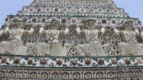Wat Arun Temple Decorated With Glazed Fliese und Giants Stockbilder