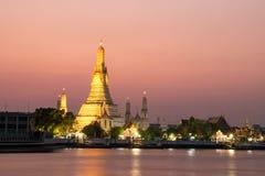 Wat Arun Temple en el crepúsculo en Bangkok, Tailandia Imágenes de archivo libres de regalías